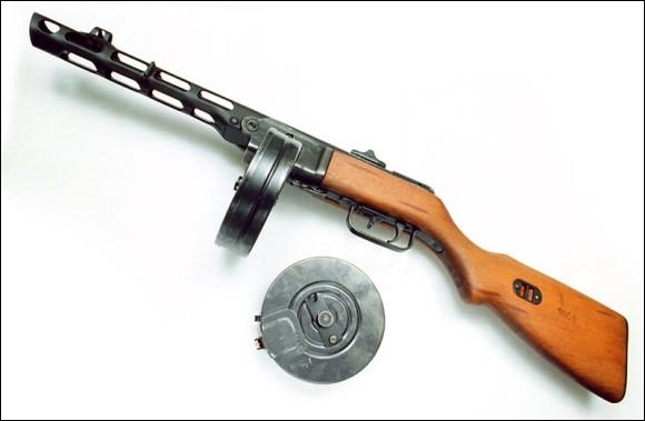 Cette mitraillette a aussi été mise en circulation avec son fameux chargeur   camembert  . Qui est-elle ?