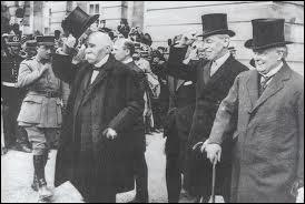 Laquelle des clauses ci-dessous n'a jamais figuré dans le traité de Versailles qui règle le sort de l'Allemagne vaincue en juin 1919 ?