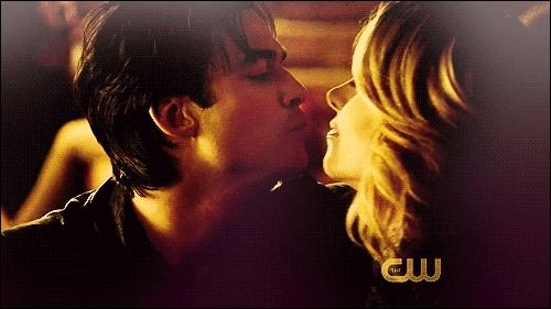Avez-vous reconnu ce couple et savez-vous dans quelle saison ils se sont embrassés pour la première fois ?