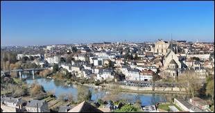 Voici un panorama de Poitiers. De quelle région dépend cette ville ?