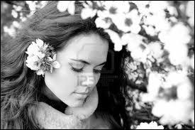 Elle est jolie, comment peut-elle encore lui plaire, elle au printemps lui en hiver ...