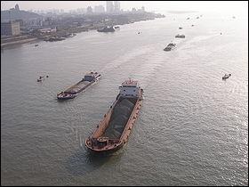 Quel fleuve aussi connu sous le nom de fleuve bleu est le plus long fleuve de Chine et d'Asie ?