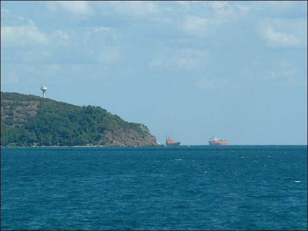 Quelle mer est reliée à la mer Noire par le détroit du Bosphore ?