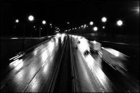 Je sais que tu vis là-bas au bout de l'autoroute, j'pourrai pas me tromper c'est allumé la nuit ...