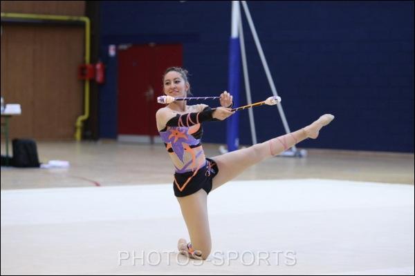 Pendant un équilibre au sol, si une gymnaste perd l'équilibre et prend appui sur sa main, cela est-il considéré comme une chute ?