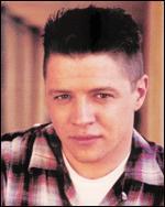 Dans Retour vers le futur 2, Biff fait fortune grâce à...