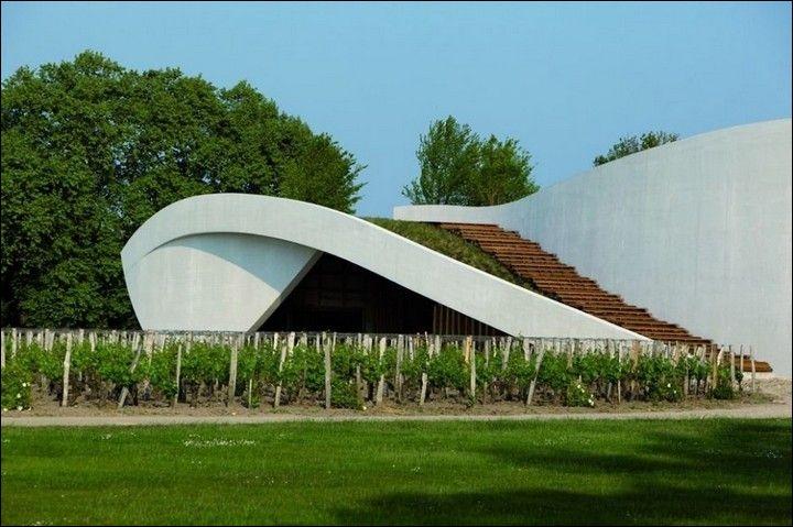 Au Château Cheval Blanc, la vinification est dite  douce  afin de préserver la qualité des tanins qui en feront un vin de longue garde. Quels types de cuves sont utilisés pour la fermentation ?