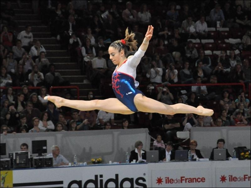 De combien de membres l'équipe féminine française participant aux J. O. 2012 se compose-t-elle ?
