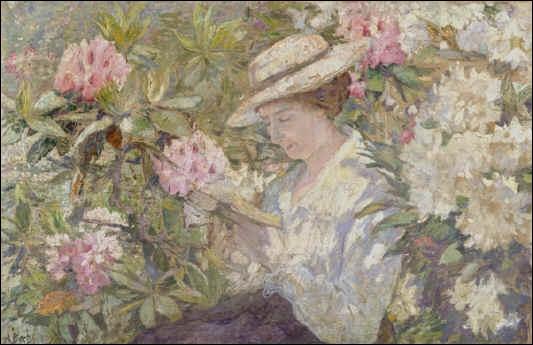 Femme lisant dans un massif de rhododendrons.