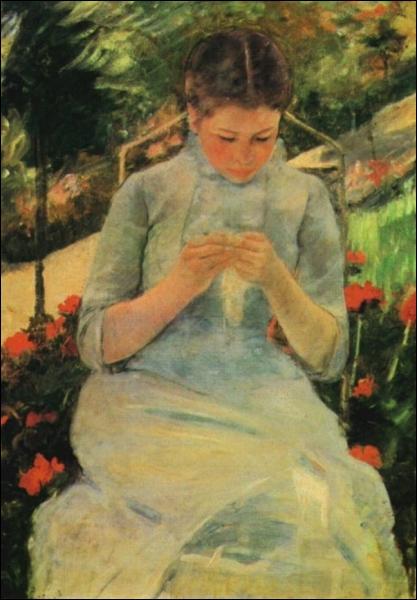 Jeune femme cousant dans le jardin.