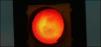 Je prends l'avenue toujours la même, feu rouge première, les gens derrière, déjà l'feu vert ... . mais dis moi tout marionnettiste ...