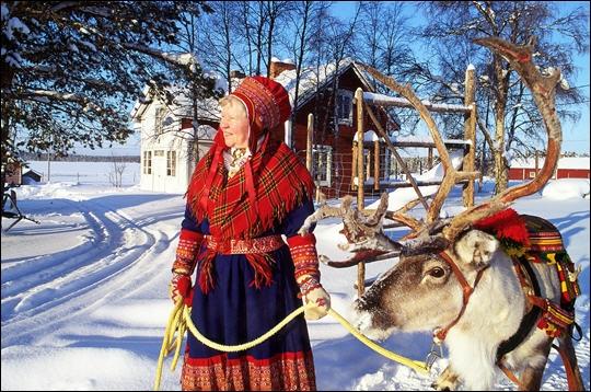 Cette femme porte le costume traditionnel lapon et pose devant une maison en bois. Où situez-vous la Laponie ?