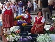 Les costumes que portent les marchandes sont de couleurs vives autant que celles de leurs fleurs. Quelle est cette ville coloniale portugaise devant son nom au fenouil qui poussait sur les coteaux ?