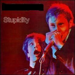Quel groupe a sorti l'album live  Stupidity  ?