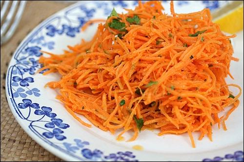 Quel est l'apport en kilocalories pour 100 grammes de carottes râpées ?