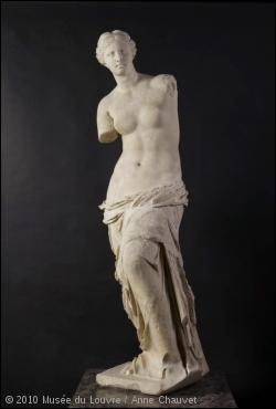 Sous quel nom est plus connue cette statue antique grecque sans bras, représentant la déesse de l'Amour à demi dévêtue ?