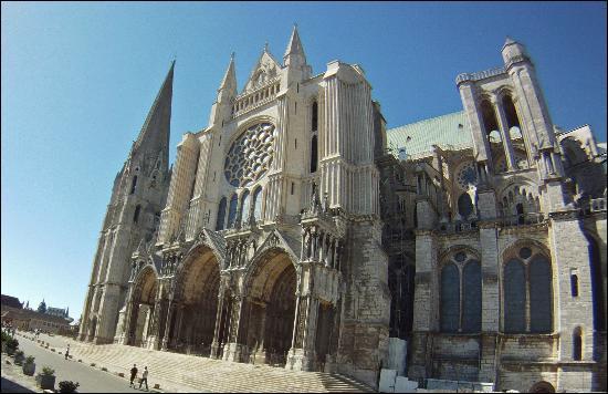 Roi bâtisseur et mécène, quelle cathédrale a vu sa construction achevée sous le règne de Saint Louis ? Henri IV se fera sacré roi de France dans cette cathédrale :