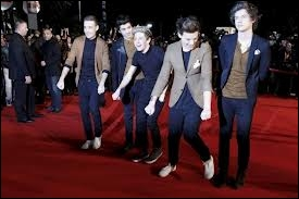 Ceci a lieu lors des NRJ Music Awards 2013. Sur quelle chanson les garçons effectuent-ils une danse sur le tapis rouge lorsqu'une autre star qui a fait le buzz fait son apparition ?