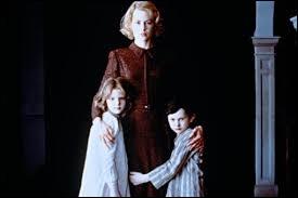 Grace, éduque seule ses deux enfants, Atteints d'un mal étrange, Anne et Nicholas ne doivent en aucun cas être exposés à la lumière du jour. Ils vivent donc reclus dans un manoir obscur, tous rideaux tirés.