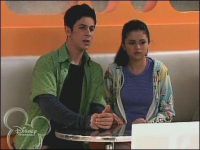 Que regardent Justin et Alex ?