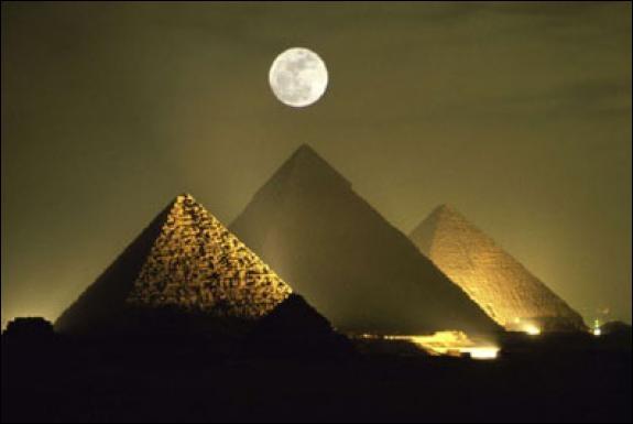 Je porte le nom d'un pharaon, qui suis-je, moi que l'on peut voir au premier plan ?