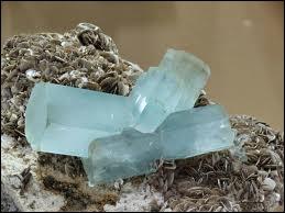 Quelle est cette pierre fine de la famille des béryls, transparente de couleur bleue ?