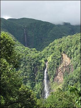 Comment se nomment les chutes qui se trouvent à Capesterre-Belle-Eau ?