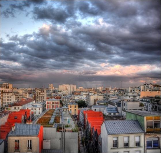 Chantée par de nombreux interprètes, complétez le refrain de cette célèbre chanson :  Sous le ciel de Paris ... .