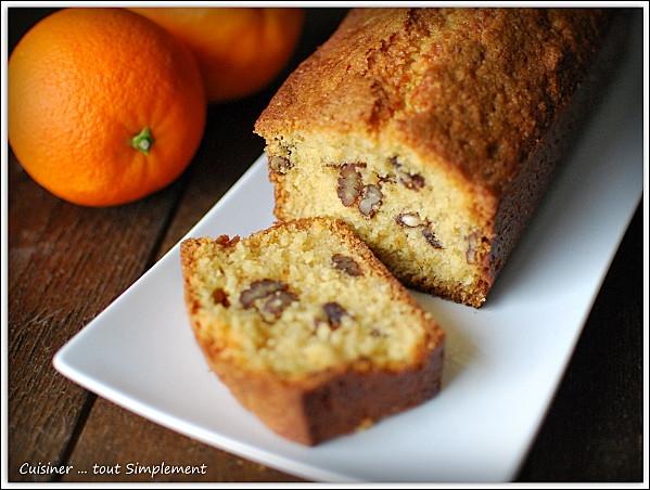Regardez bien. Voici un cake dont la recette suit. Qu'a-t-on ajouté à la préparation pour en faire une pâtisserie particulièrement savoureuse ?