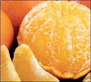 Quelle est la valeur nutritive pour 100 g, d'une orange crue, en vitamine C ?