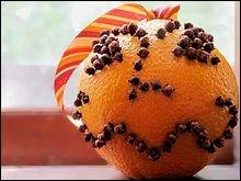 L'orange, piquée de clous de girofle et enrobée de poudre d'épices est la version végétale du bijou en métal précieux ciselé contenant l'ambre gris, la civette ou le musc et nommé :