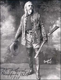 Il participe aux guerres indiennes en tant qu'éclaireur, ainsi qu'au développement du Pony Express. Chasseur de bisons, il dirigera également une troupe théâtrale durant trente ans. De qui s'agit-il ?