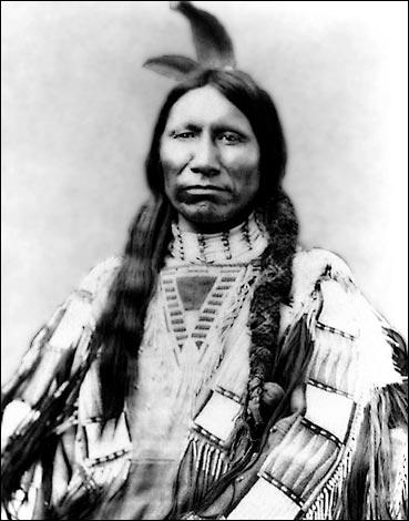 Chef sioux, il participe à de nombreuses batailles dont celle de Little Big Horn. En 1877, il se rend mais sera lâchement assassiné par une sentinelle qui prétendit qu'il avait cherché à s'enfuir.
