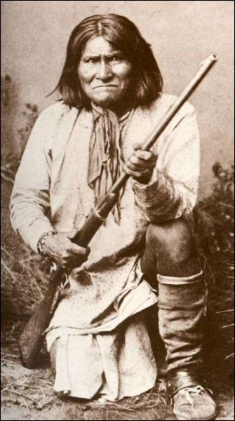 Après le meurtre de sa famille, ce chef apache mènera de nombreuses batailles de représailles. Il mourra en 1909 comme prisonnier de guerre sans avoir jamais pu retrouver sa liberté et ses terres.