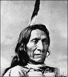 Ce chef sioux combat les blancs qui menacent l'espace vierge dont les bisons ont besoin pour prospérer. Il passera les 30 dernières années de sa vie en réserve indienne.