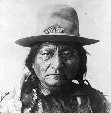 Ce chef sioux remporte la bataille de Liitle Big Horn. Il passe pourtant sa vie entière à essayer de trouver un terrain d'entente avec les Blancs. Il sera assassiné dans une réserve indienne en 1890.
