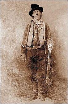 Célèbre hors-la-loi né en 1859 et mort en 1881, il est réputé pour avoir tué 21 hommes, un pour chaque année de sa vie. Egalement connu sous le nom de William Henry Bonney, de qui s'agit-il ?