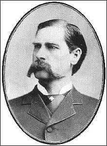 Ce chasseur de bisons a aussi été officier américain et marshal à Dodge City puis à Tombstone. Il est connu principalement pour sa participation à la fusillade d'O. K. Corral. De qui s'agit-il ?