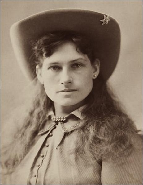 Cette femme d'1, 50m est devenue célèbre pour sa précision au tir. Elle a notamment travaillé au « Buffalo Bill Wild West Show » où son talent de fine gâchette attirait les foules. De qui s'agit-il ?