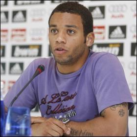Footballeur brésilien jouant au poste d'arrière latéral gauche, j'ai un fils prénommé Enzo Alves. Qui suis-je ?