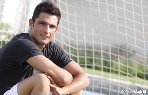 Comment s'appelle ce footballeur espagnol qui joue au poste de gardien de but ?