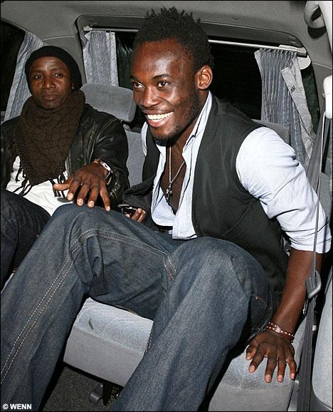 Qui est ce footballeur international ghanéen dont les parents sont James Essien et Aba Gyandoh ?