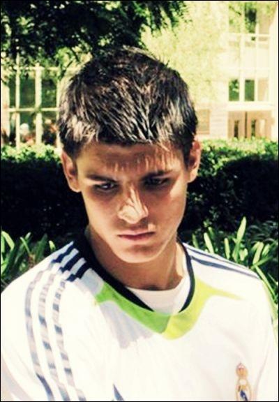 Né le 23 octobre 1992 à Madrid, comment s'appelle cet attaquant espagnol ?