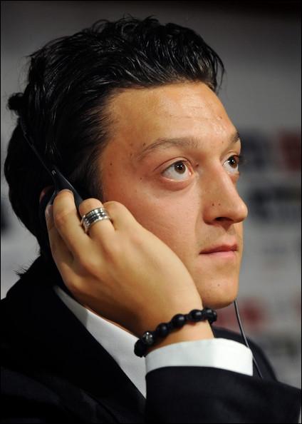 Footballeur international allemand, mais disposant également de la nationalité turque. Qui est-il ?