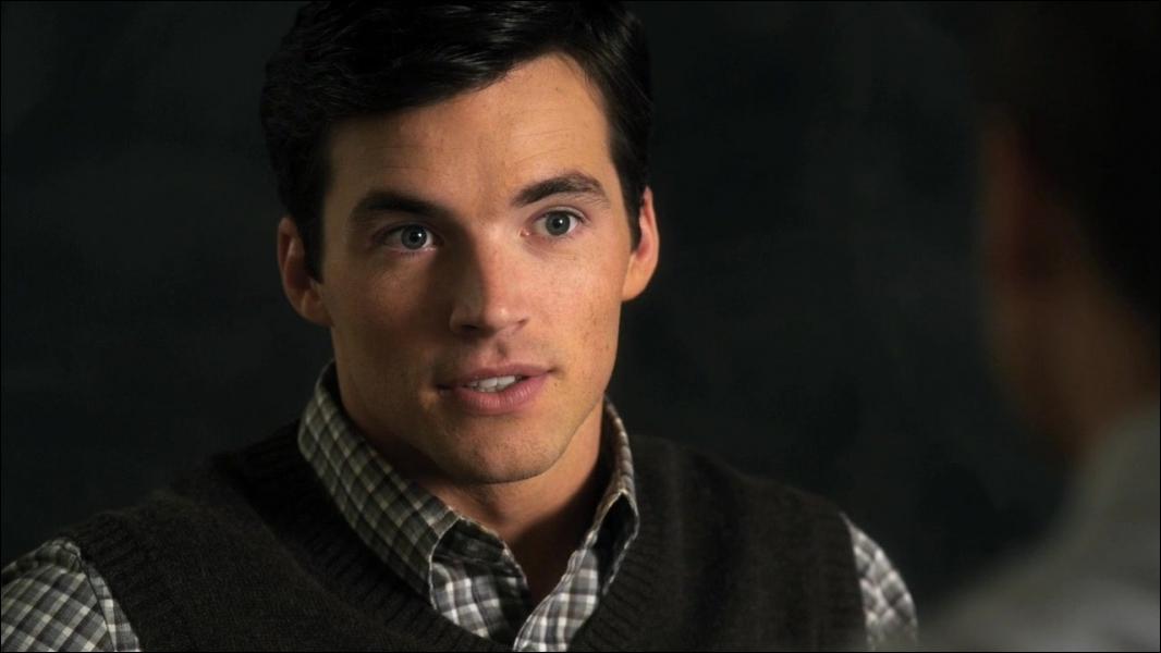 Comment s'appelle le fils d'Ezra Fitz ?
