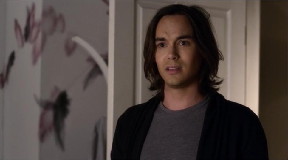 A la fin de la saison 1, Caleb quitte Rosewood et écrit une lettre pour Hanna qu'il donne à ...