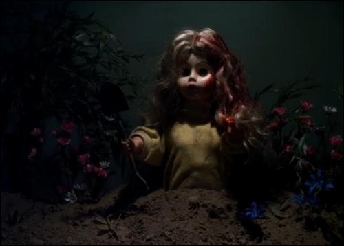 Dans l'épisode  Machination  de la saison 2, - A, par le biais d'une poupée, donne une mission à chacune des 4 filles. Quelle est celle d'Hanna ?