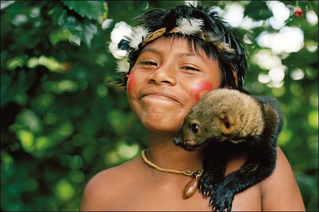 Je trouve cette photo magnifique, elle représente un jeune amérindien accompagné de son animal préféré, une tayra ou martre tropicale, autour du cou, il porte une ...