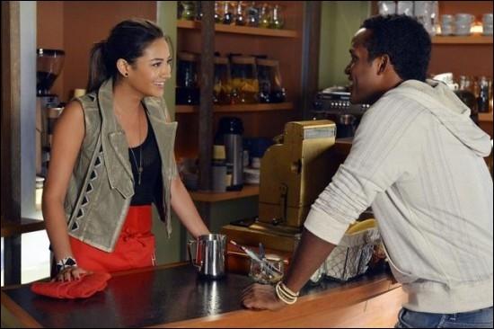 Dans le quatrième épisode de la saison 3, Emily est engagée dans un bar. De qui fait-elle alors la connaissance ?