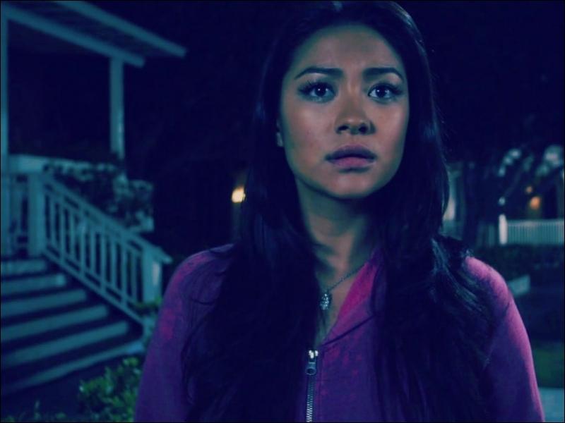 Enfin, dans le dernier épisode de la saison 3, Emily tombe sur une conversation entre qui ?